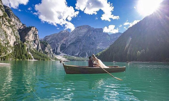 """สวยยิ่งกว่าภาพวาด พรีเวดดิ้ง """"กันต์-พลอย"""" ดั่งเทพนิยายกลางทะเลสาบ"""