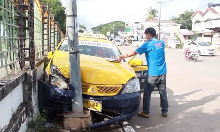 โชเฟอร์แท็กซี่จะไปรับลูกค้าเกิดวูบขับพุ่งชนเสาไฟฟ้า-โชคดีแค่เจ็บ