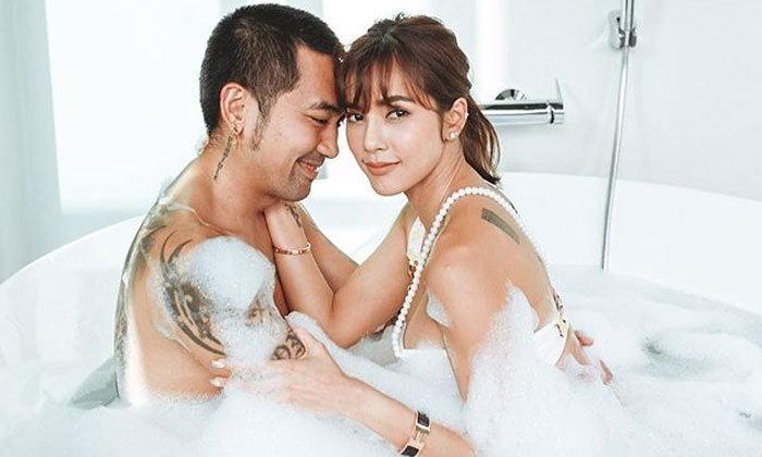 """""""อุ้ม ลักขณา"""" ว่าที่คุณแม่สุดแซ่บ ลงภาพสวีทสามีในอ่างอาบน้ำ"""