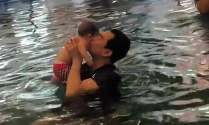 """""""น้องโพธิ์"""" เรียนว่ายน้ำครั้งแรก อุ่นใจอยู่ในมือพ่อ """"ชาคริต"""""""