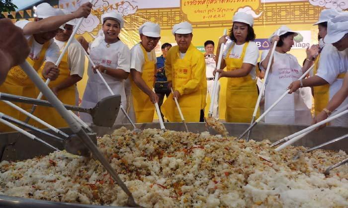 """ชาวโคราชรังสรรค์ """"ข้าวผัดเจกระทะยักษ์"""" ต้อนรับเทศกาลเจทั่วทิศ-กุศลจิตทั่วไทย"""