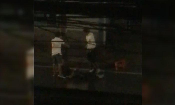 ปางตาย! ตำรวจเร่งล่าแก๊งวัยรุ่นรุมกระทืบ-เอาเก้าอี้ฟาดคู่อริ นอนกองพื้นเจ็บสาหัส (คลิป)
