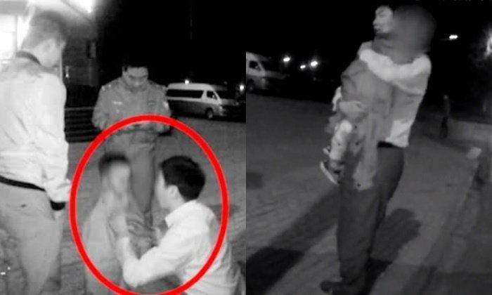 ตี๋น้อยเดินหาแม่กลางดึก หนาวจนตัวสั่น ตำรวจพบรีบถอดเสื้อคลุมอุ้มแนบอก