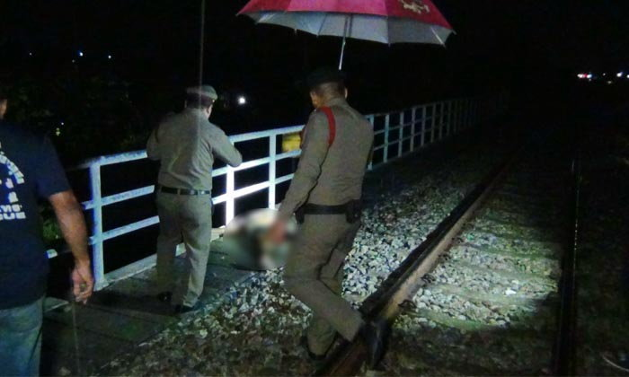 """""""รถไฟขบวนสินค้า"""" ชนชาวบ้านริมทางรถไฟดับ คาดเมาสุรา-ถูกเฉี่ยวชน"""