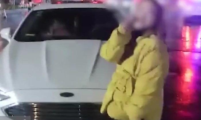 """""""หนูสวยนะพี่...อย่าจับเลย"""" สาวจีนมั่นสุดๆ อ้อนตำรวจหลังโดนจับไม่มีใบขับขี่"""