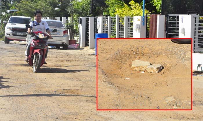 ไม่รู้ถนนใคร! ชาวบ้านสุดงง ถนนพังมานานไม่มีการซ่อมแซม ไร้หน่วยงานรับผิดชอบ