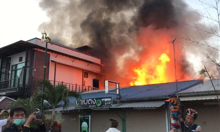 """ไฟไหม้ """"ตลาดท่าเสด็จ"""" ทั้งร้านทั้งโรงแรม เบื้องต้นยังประเมินความเสียหายไม่ได้"""