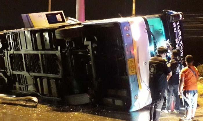 """""""รถบัสโดยสาร 2 ชั้น"""" ถูกกระบะตัดหน้า เสียหลักคว่ำกลางสามแยก บาดเจ็บระนาว"""