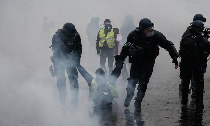 """ผู้นำฝรั่งเศสยอมถอย """"เบรกขึ้นภาษีน้ำมัน"""" หลังจลาจลปารีสกระทบท่องเที่ยว"""
