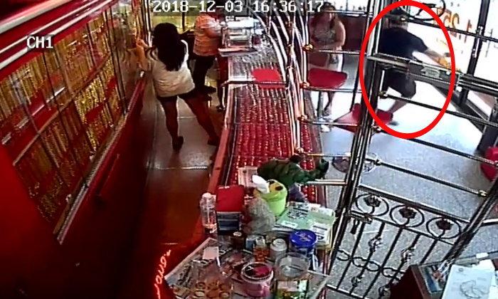 เด็กปั๊มทำทีขอดูทองถ่ายภาพส่งไลน์ให้แฟนดู เจ้าของเผลอกวาดทองวิ่งขึ้นรถหนี (คลิป)