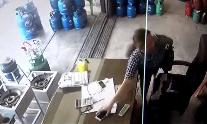 คนจำได้ว่าเป็นโจร สาวฉกมือถือร้านแก๊สไม่ยอมถูกจับ กรีดแขนขอความเห็นใจ