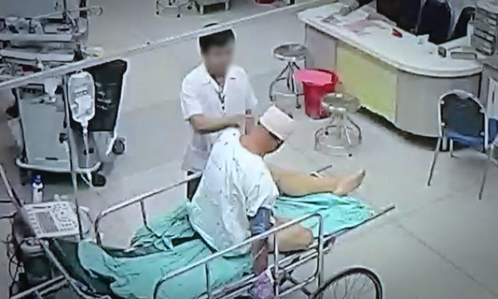 """รพ.ดังเปิดภาพวงจรปิดโชว์สื่อ วินาทีดราม่าญาติอ้าง """"บุรุษพยาบาลชกหน้าพ่อ"""""""