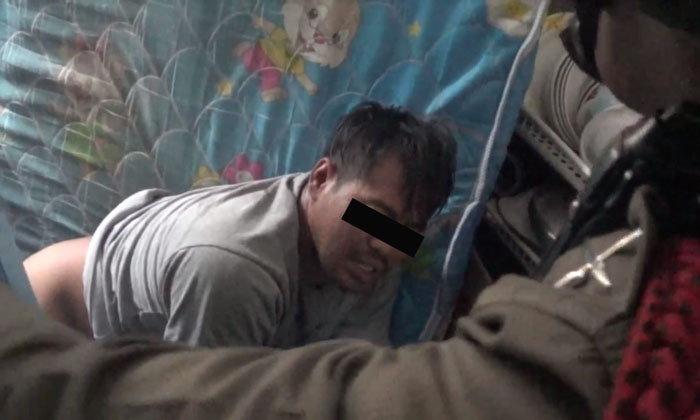 หนุ่มทำมึนเปลือยท่อนล่างบุกห้องสาวโรงงาน เจอล็อกประตูห้องรอตำรวจมาจับ
