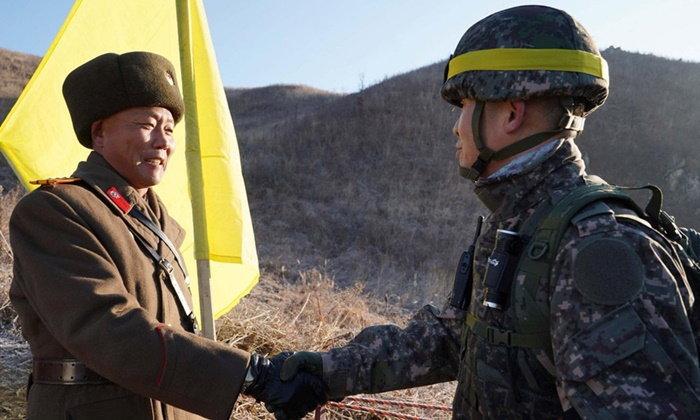 ครั้งแรก ทหารสองเกาหลีข้ามชายแดนจับมือกัน นับตั้งแต่จบสงครามเกาหลี