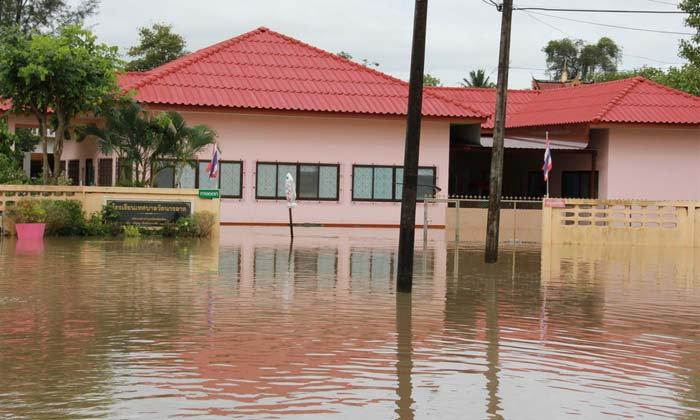 พัทลุงอ่วมหนัก น้ำทะลักท่วมโรงเรียนเขตเทศบาลเมืองพัทลุง เจ้าหน้าที่ต้องเร่งอพยพสิ่งของไว้ที่สูง