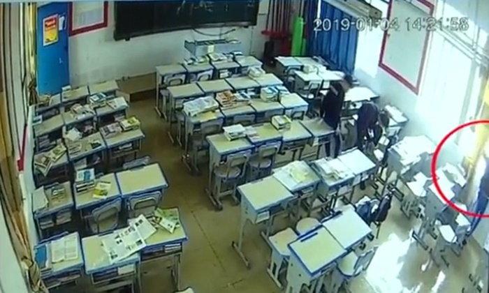 มือถือมรณะ นักเรียนจีนปีนหน้าต่างชาร์จแบต ดิ่งตึกเรียนกระแทกพื้นดับ (มีคลิป)