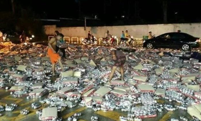หายพริบตา! รถบรรทุกเบียร์คว่ำหน้าร้านสะดวกซื้อ ชาวบ้านช่วยเก็บ...กลับบ้าน
