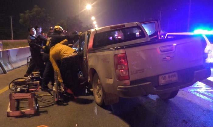 หวิดดับหมู่-วัยรุ่นซิ่งปิกอัพเสียหลักเสยท้ายรถหกล้อ-แม่ค้าก้นจ้ำเบ้ารวมเจ็บ 6 ราย