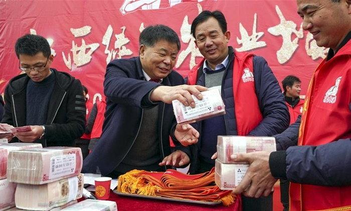 ป๋ามาก เถ้าแก่รับเหมาปลูกข้าวรายใหญ่ในจีน แจกโบนัสเกษตรกรกว่า 25 ล้าน
