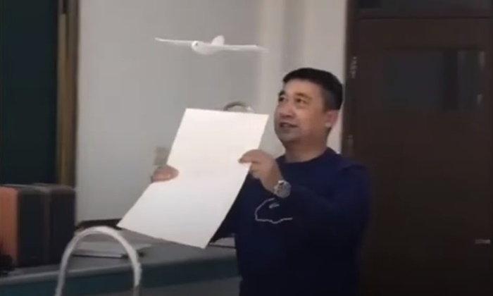 """ไม่มีหลับ! ครูจีนโชว์บังคับ """"เครื่องบินกระดาษ"""" นักเรียนฮือฮาสุดประทับใจ"""