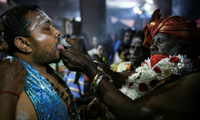 ชาวฮินดูฉลองเทศกาลบูชาพระขันธกุมาร ใช้เหล็กแหลมเสียบร่าง ขอให้อยู่ดีมีสุข