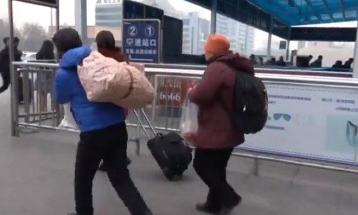 หัวอกพ่อแม่...สามีภรรยาสูงวัยหอบผ้าห่ม-อาหาร เดินทางไกลไปเยี่ยมลูกช่วงตรุษจีน
