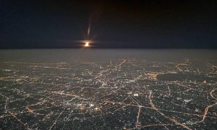 """ภาพถ่ายจากห้องนักบินเผยให้เห็น """"ฝุ่น"""" หนาแน่นเต็มน่านฟ้า ต่ำกว่า 9,000 ฟุตโดนหมด"""