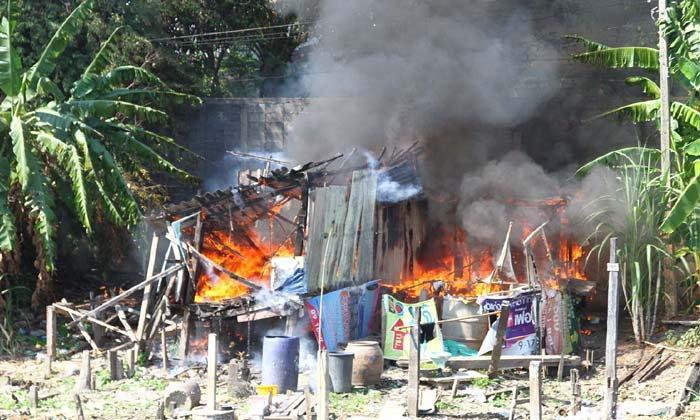 ไฟไหม้บ้านริมคลองวอดทั้งหลัง ใช้เวลาดับไฟนานกว่า 15 นาที คาดไฟลัดวงจร