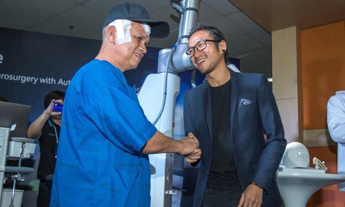"""""""ตูน บอดี้สแลม"""" ร่วมส่งมอบ """"หุ่นยนต์ช่วยผ่าตัดสมอง"""" ตัวแรกของเอเชียแปซิฟิก"""