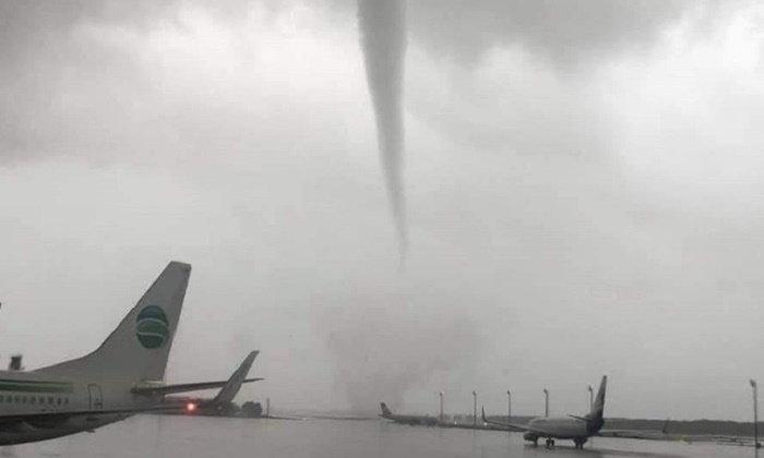 พายุทอร์นาโดถล่มสนามบินตุรกี พลังลมมหาศาลพัดเครื่องบินแทบปลิว