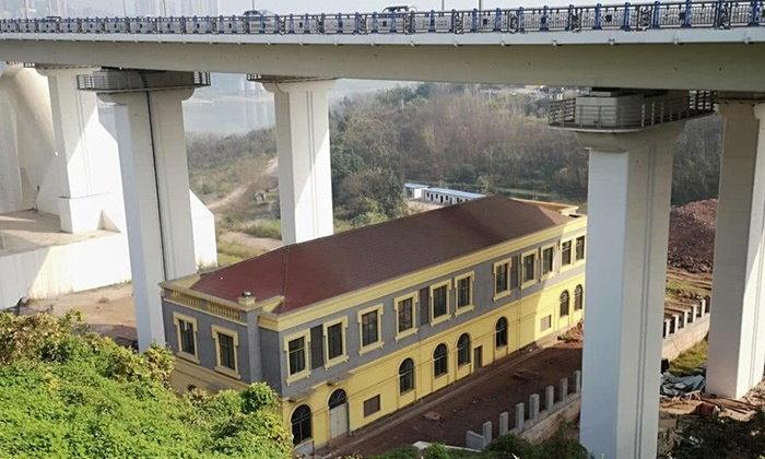 คนจีนเป็นงง? คฤหาสน์งามหลังใหญ่ แต่โผล่สร้างอยู่ใต้สะพานมหึมา