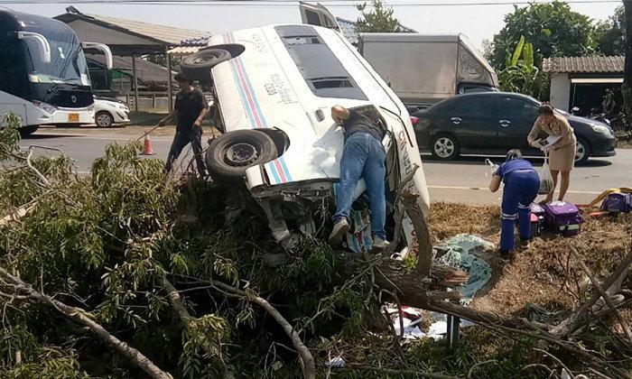 รถตู้โดยสารระยอง-จันทบุรี เสียหลักชนต้นไม้ คนขับอ้างรถมีปัญหาทำให้เกิดอุบัติเหตุ