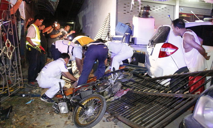 หนุ่มเมาซิ่ง จยย.หลุดโค้งชนติดคารั้วเหล็กดัด พลเมืองดีจอดช่วยเจอชนซ้ำเจ็บ 3 ราย