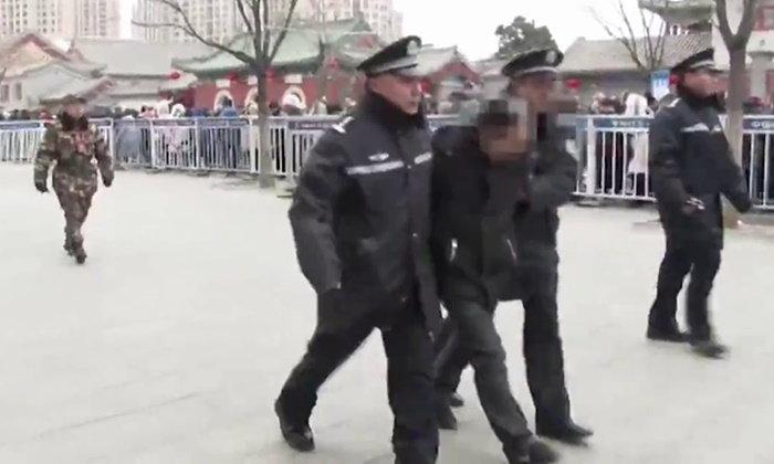 """พระก็ไม่ช่วย ระบบตรวจจับใบหน้าของจีนพบ """"ผู้ต้องหาหนีคดี"""" กลางฝูงชนไหว้พระตรุษจีน"""