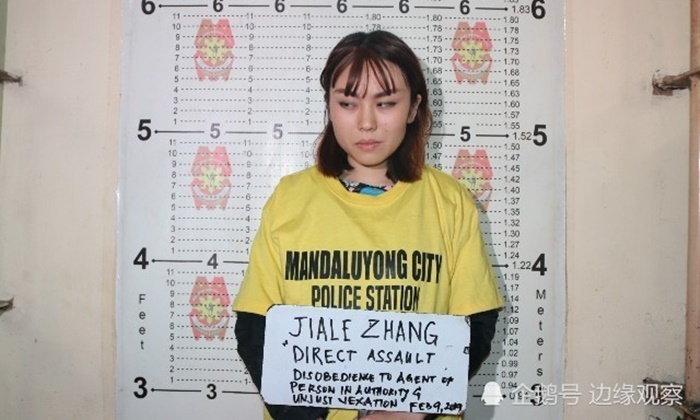 อาจโดนเนรเทศ นักศึกษาสาวจีนปาเต้าฮวยใส่ตำรวจ ห้ามไม่ให้เข้าสถานีรถไฟ
