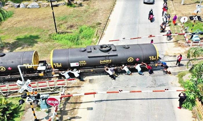สวนนงนุชฯ เกณฑ์คนกับช้าง ดันรถไฟน้ำมัน 128 ตัน แล่นขึ้นเนินไม่ไหว
