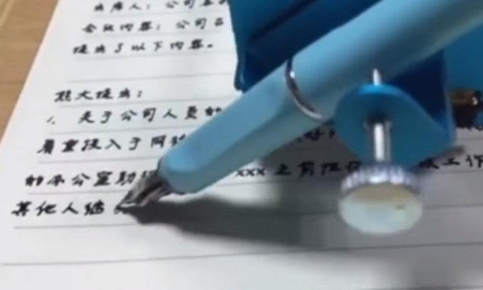 """สุดเนียน เด็กจีนโดนจับได้ แอบใช้ """"เครื่องช่วยเขียนการบ้าน"""" สั่งซื้อมาจากในเน็ต"""