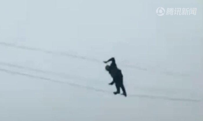 เมาแล้วซ่า ชายจีนปีนสายไฟฟ้าแรงสูง 10 เมตร ไต่ไปมานึกว่าเป็นนักกายกรรม
