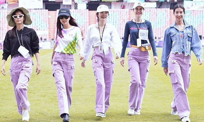 """""""แก๊งเฟอร์บี้"""" น่ารัก 5 สาว นัดใส่กางเกงสีม่วง เพราะทุกที่คือรันเวย์"""