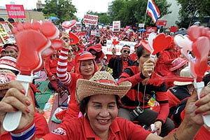 เสื้อแดงนัดชุมนุมใหญ่ กดดันรบ.ยุบสภา