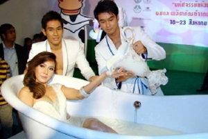 อั้ม โชว์เซ็กซี่ อาบน้ำนมกลางห้าง