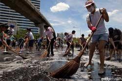 ประมวลภาพ คนไทยร่วมมือทำความสะอาด พท.จลาจล