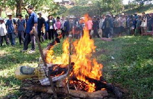ชาวบ้านสาปแช่ง เผาหุ่นเสธ.หนั่น รื้อฟื้นแก่งเสือเต้น