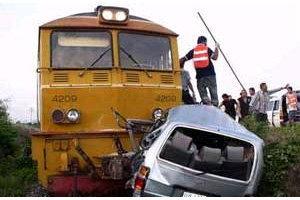 รถไฟอรัญ-กทม.ชนรถตู้ปราจีนตาย2เจ็บ8