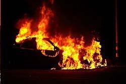 สาด M16ใส่หนุ่มดับคาเก๋ง-รถชนต้นไม้ไฟท่วม