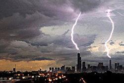 เปิดภาพสายฟ้าคู่ พุ่งลงสู่ตัวตึกขณะเกิดพายุรุนแรง