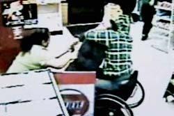 หนุ่มแคนาดาขาพิการ โชว์จับโจรปล้นมินิมาร์ทกลางกรุง