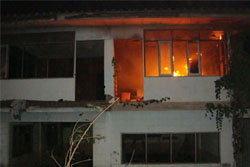 ขี้ยาคลั่ง!เผาบ้าน ก่อนปาหินไล่จนท.ดับเพลิง