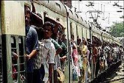เถื่อน!หนุ่มอินเดียโยน เด็ก5 ขวบ ลงรถไฟ