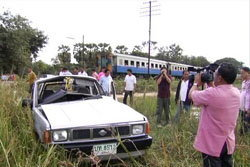 หวิดม้วย! พ่อเฒ่า รถเสียกลางทางข้ามรถไฟ ก่อนโดดหนีเอาชีวิตรอด